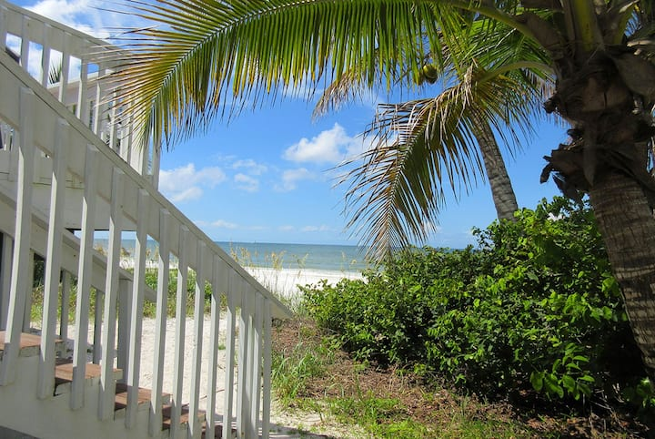 MAKE FAMILY MEMORIES AT CHARMING BEACH COTTAGE RIGHT ON THE SAND AND SURF!  MID-ISLAND