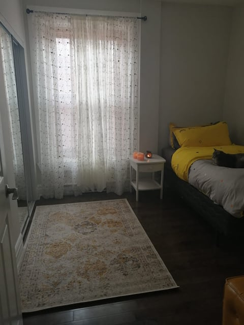 Quiet Downtown Room at S. Catherine West