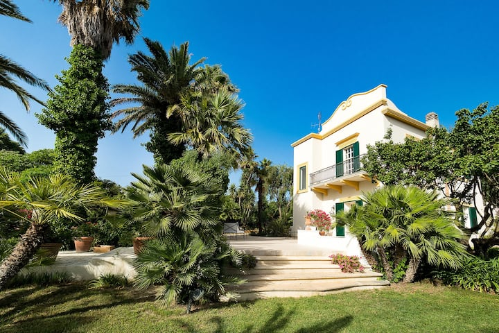 Elegant villa with swimming pool and garden, in a quiet area close by Salemi