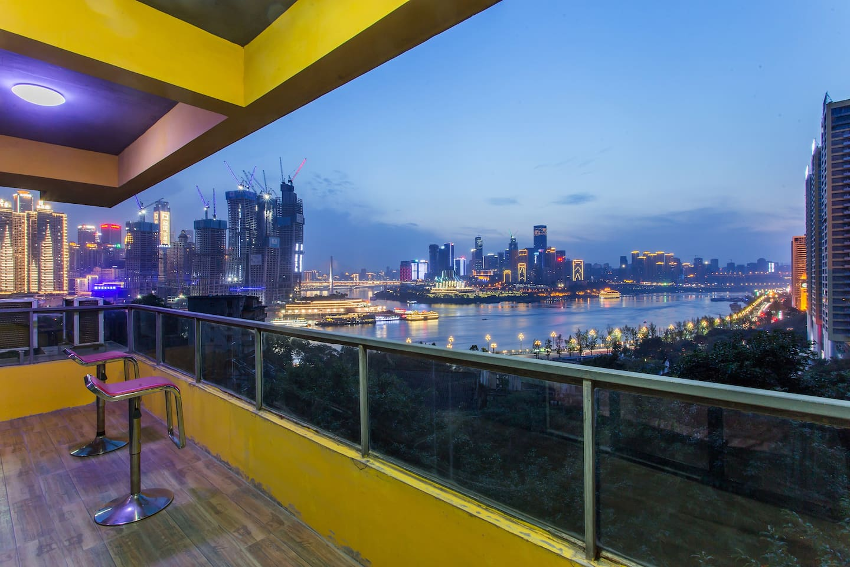 阳台实拍美丽的两江交汇的夜景