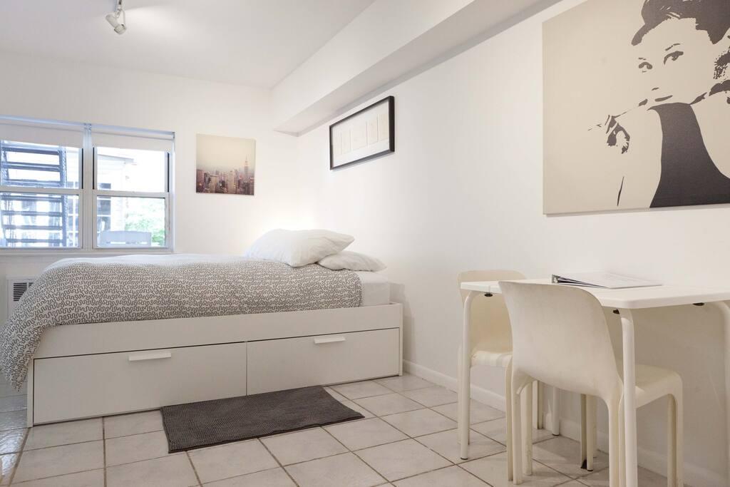 A gem studio apartment astoria nyc appartamenti in for Aki kitchen cabinets astoria ny