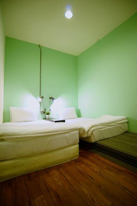 2張舒適的單人床
