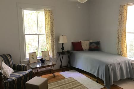 Cozy Apartment Inside Historic Bungalow - Hillsborough