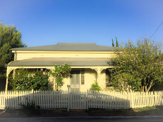 Charming Cottage, 5 mins from CBD!