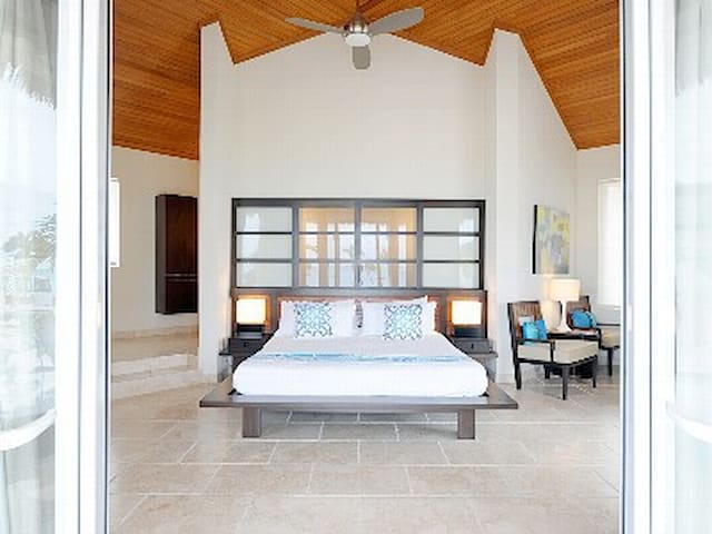 Luxury Bungalow Steps from Beach, Pool, Restaurant
