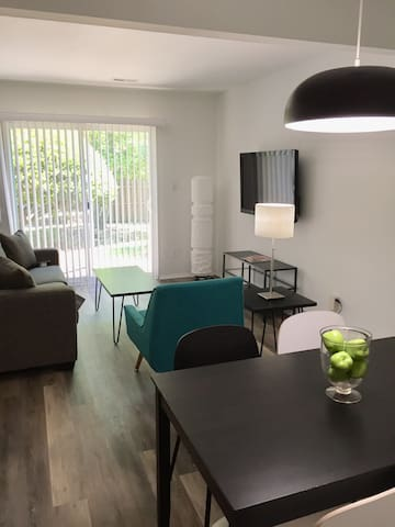 Modern Comfort 1.5 Miles to Downtown