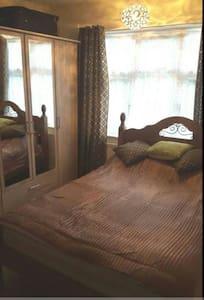 Double Bedroom In Luton - Luton