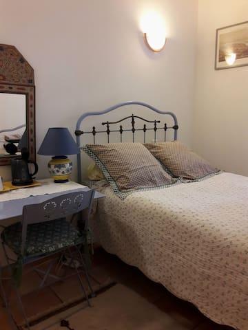 Chambre lumineuse avec un lit en fer forgé du début 20ème siècle. Petit lit 2 places en 120x190 Literie neuve et confortable.