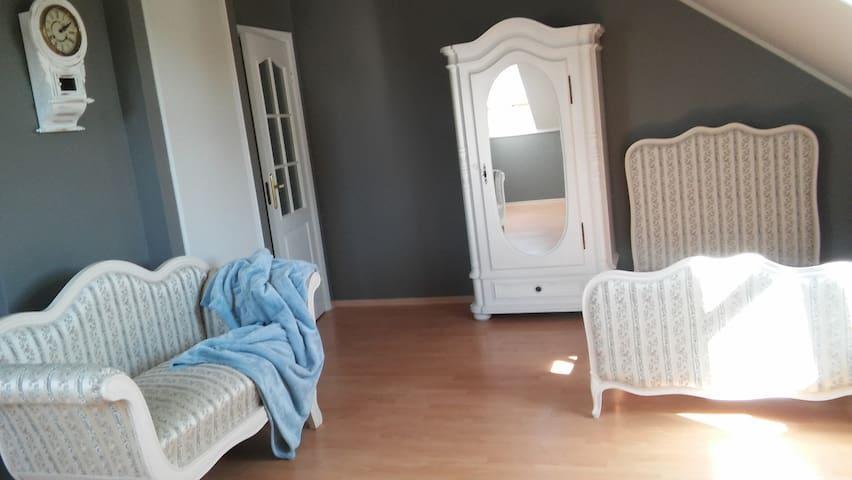 pokój trzyosobowy w stylu prowansalskim