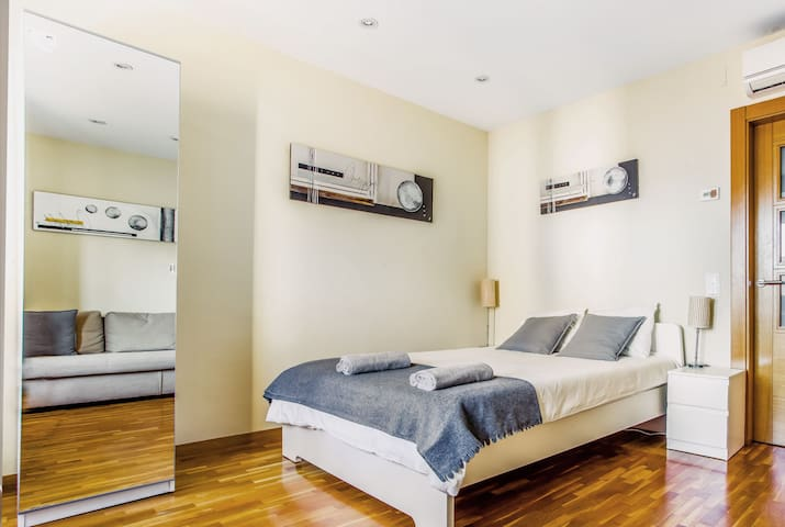 Room for 6 person in center BCN