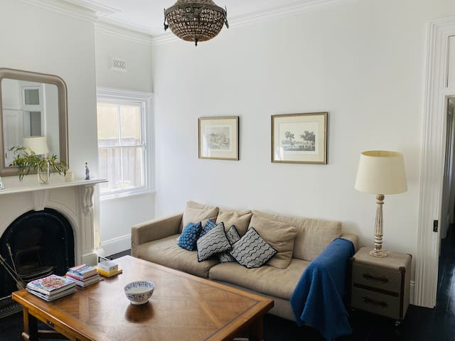 Lovely room in Victorian house. Perfect location!