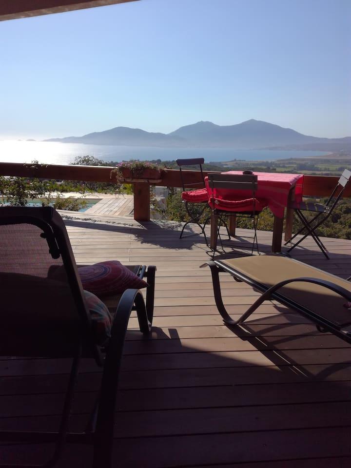 Porticcio : studio avec piscine et vue mer.
