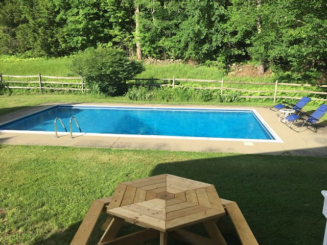 Beautiful Grafton Farmhouse with pool!