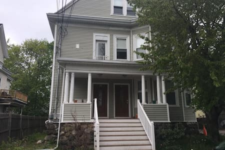 Updated 3 bed 1 bath apartment near Boston - Waltham - Apartment