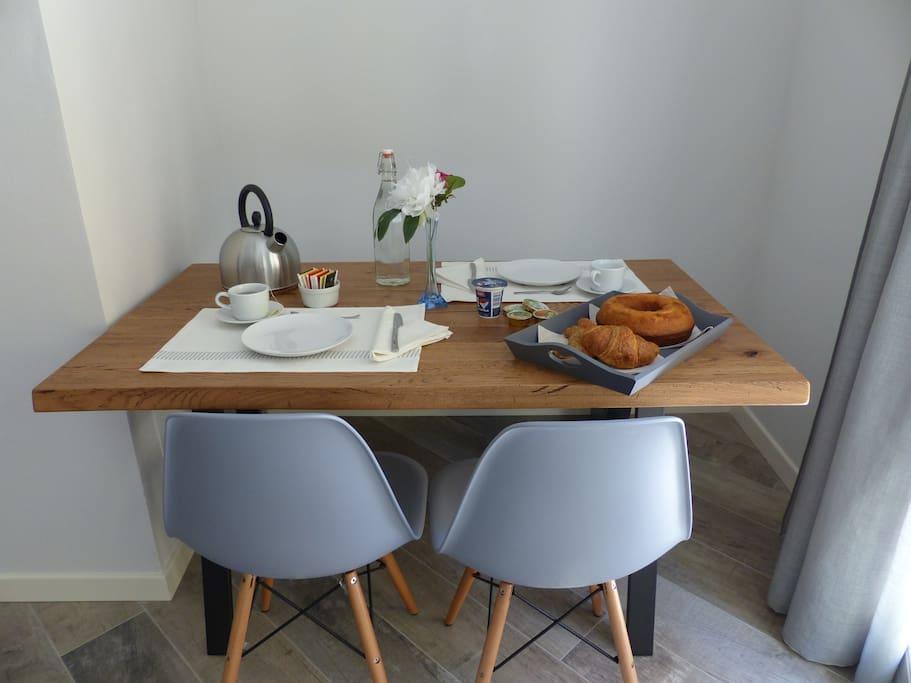Il tavolo con sedie e panca
