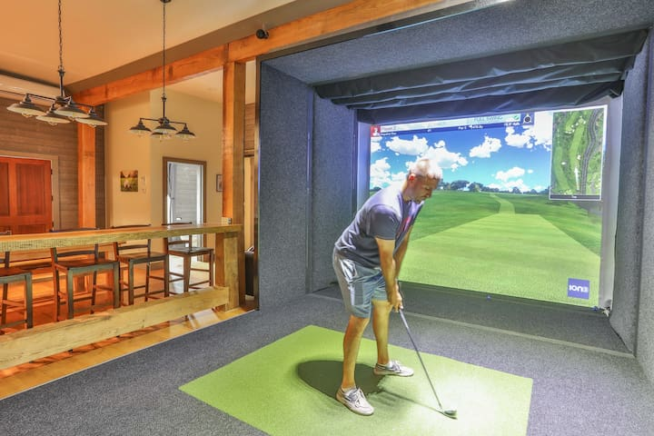 Beautifully Renovated Apartment w/ Golf Simulator