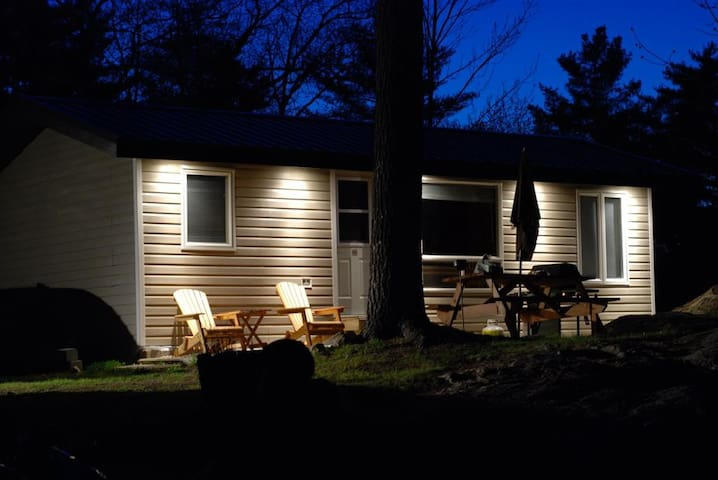 2 BEDROOM WATERFRONT COTTAGE, CANOE, KAYAKS, WIFI - Port Severn - Srub