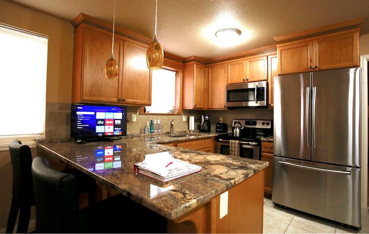 King Bed, Easy Parking, Full Kitchen, W/D near Max