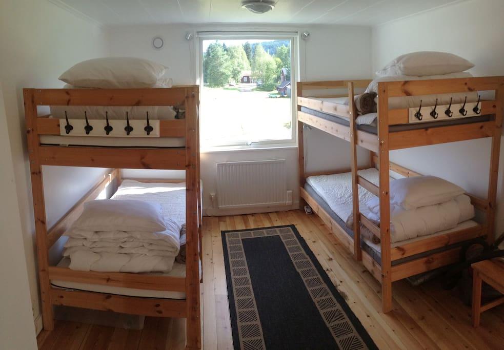 """Sovrummet """"Ängen"""" Morgonsol. Bra LED-Sängbelysning och takbelysning samt 4 st förvaringslådor under sängarna. 2 kuddar i varje säng Medium + soft"""
