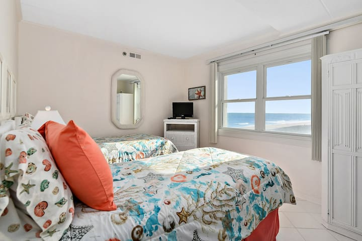 Large 3rd bedroom with 2 twin size beds, added bonus the beautiful ocean view.