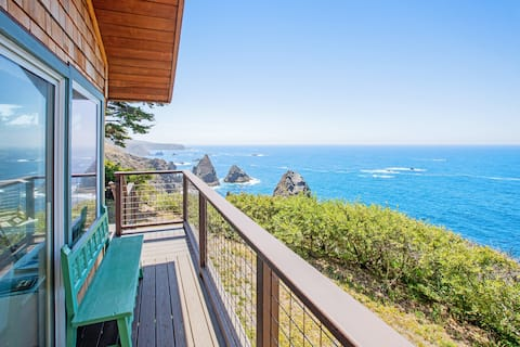 Gorgeous, dog-friendly, oceanfront home w/  spacious deck & spectacular views