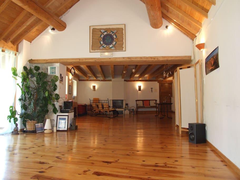 La grande salle avec cheminée