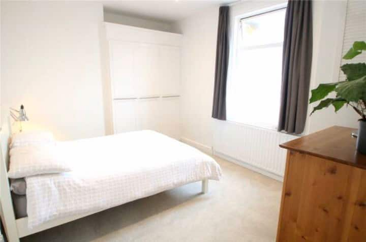 Entire 1 bed flat in great location on North St