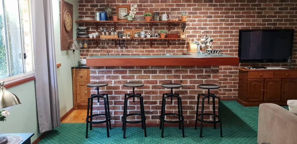 Kitchenette with Breakfast bar