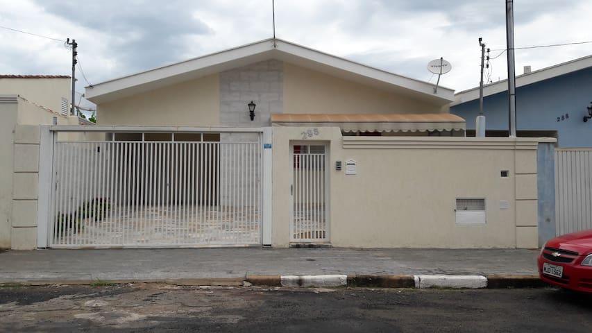 Casa ampla em bairro tranquilo próximo ao centro - Guaxupé
