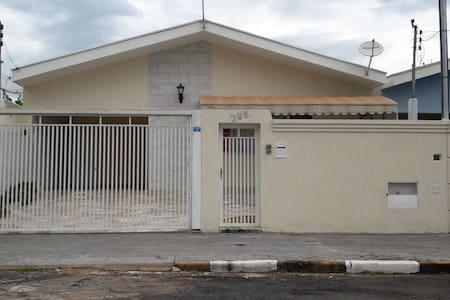 Casa ampla em bairro tranquilo próximo ao centro - Guaxupé - House