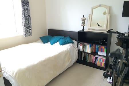 Room & private bathroom in quiet village location - Devon