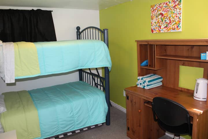 3 Private room close to McMaster University