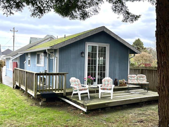 Cottage with redwoods! Walk to Village! Yard!