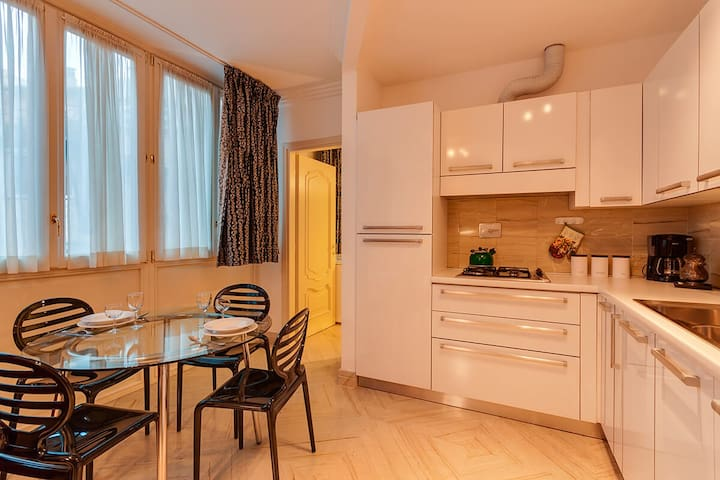 One bedroom holiday apartment close to Spanish Steps and Trevi fountain - Living room and kitchenette