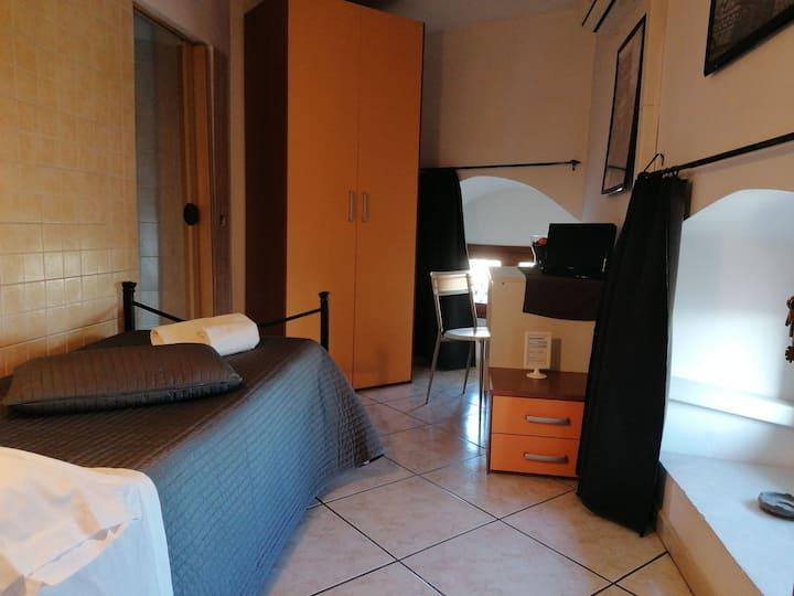Camera singola con bagno privato. PLATAMONE ROOMS