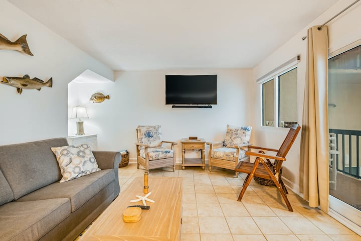 Fifth Floor Condo with Shared Pool, Ocean View, High-Speed WiFi, & Washer/Dryer