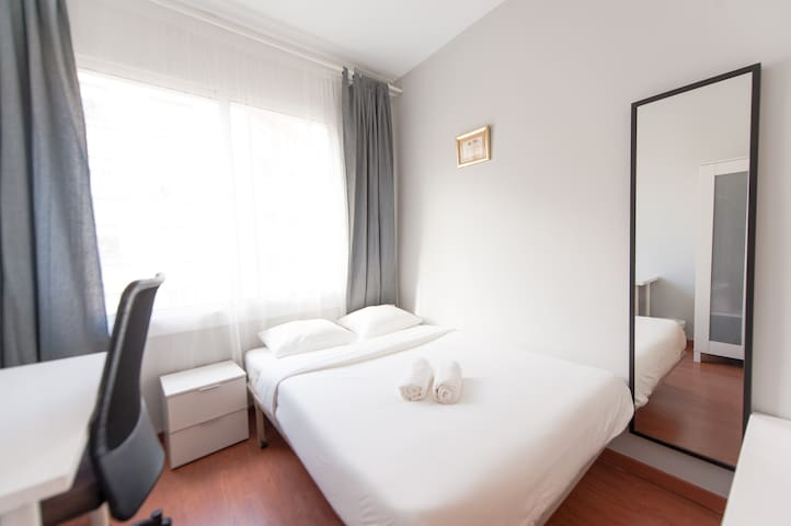 Room for 3 in the best area of Barcelona! I LR
