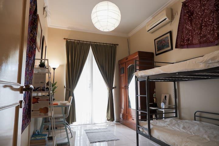 Unique Dorm style room w breakfast! Close to MKG