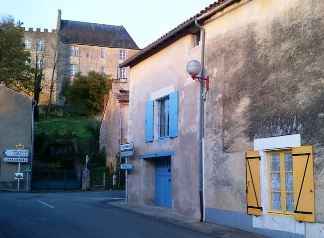 Tranquil and charming medieval country house - Montreuil-Bonnin