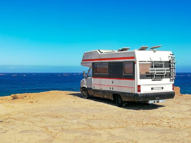 Vintage autocaravana en frente de el océano