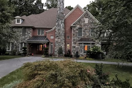 Grand French Country Estate, perfect location! - Silver Spring - Bed & Breakfast