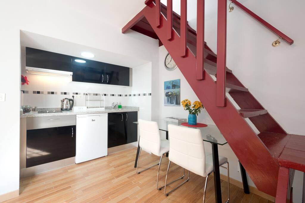 First floor, Kitchen - Primera planta , cocina.