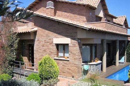 Habitación doble en casa con piscina - Sant Esteve Sesrovires - Ev