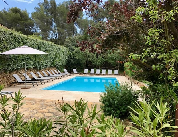 16th century vineyard farm, 4 bedrooms apartment, terrace, garden, common pool /8 pers.