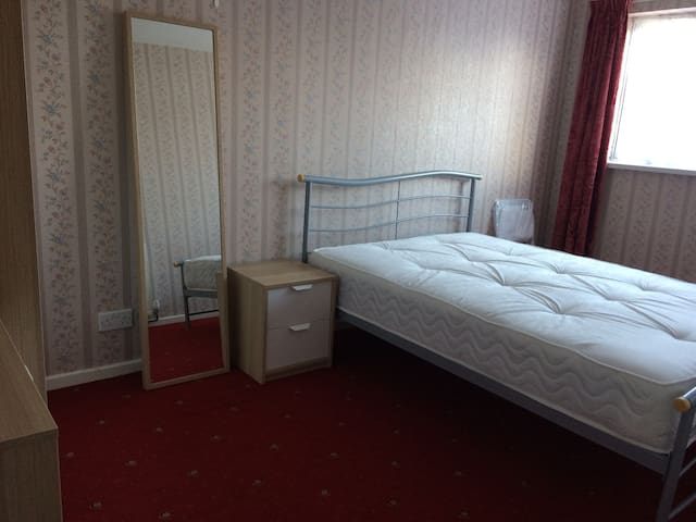 Warm Cosy Double Bedroom - Walsall - บ้าน
