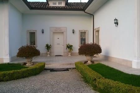 Suite in villa - San Nicola Manfredi - Casa de camp