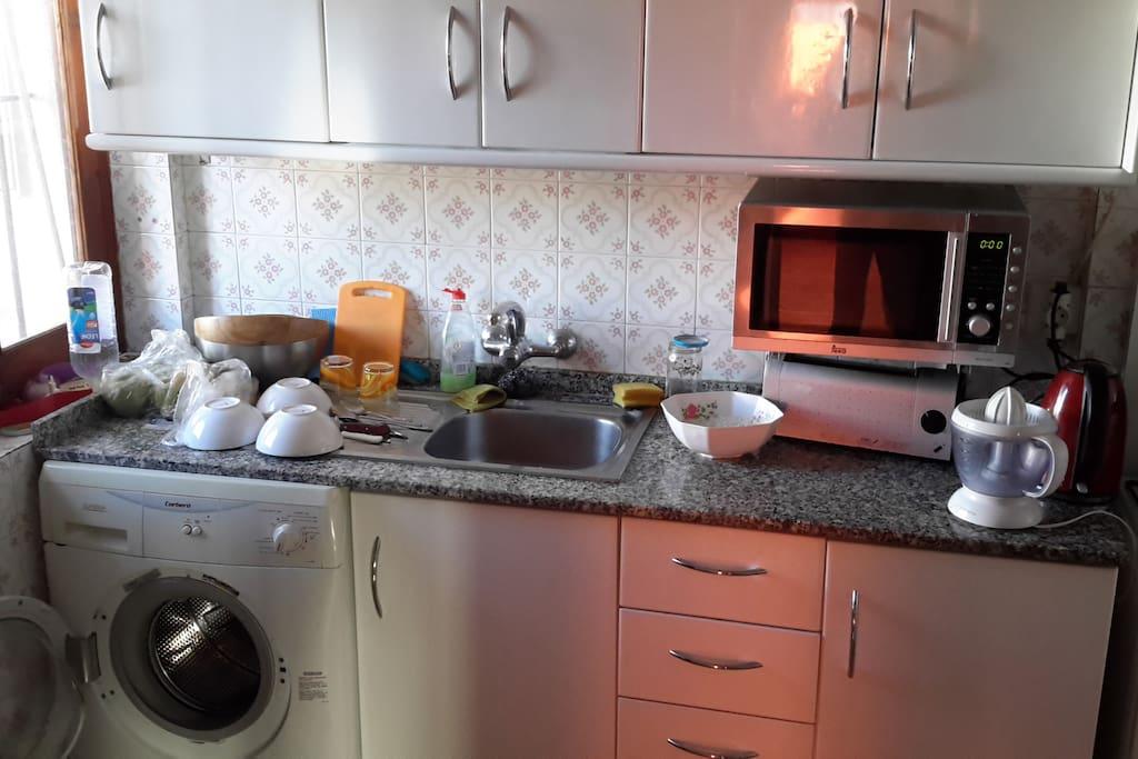 kitchen (gas oven, teapot, toaster, citrus press, frige, microwave)