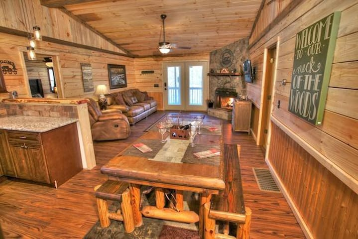 Lovely Cabin with a Hot Tub - Cleveland