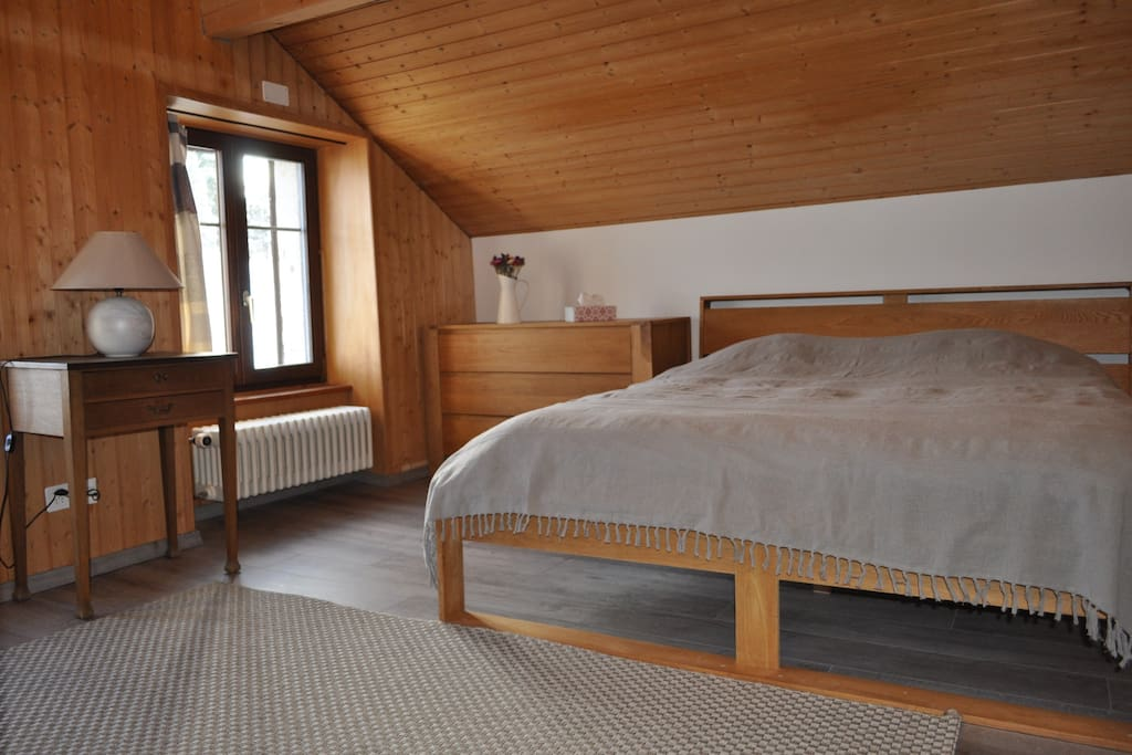 La pièce avec le lit double