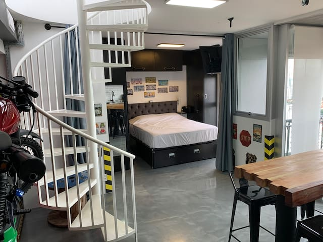 O apartamento conta com uma bicama (Queen + Casal), ambas com confortável colchão de mola.